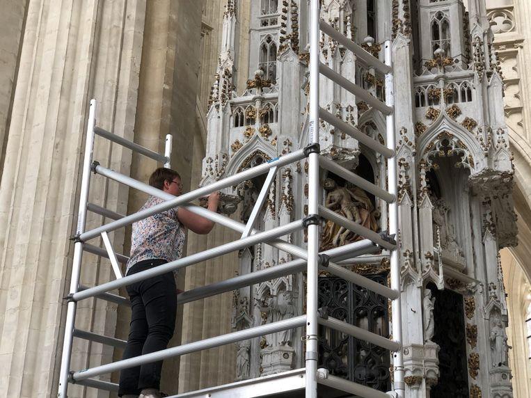 Jozefien De Clerq van Lapis Arte restaureert de sacramentstoren.