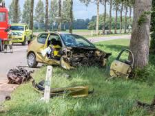 Motorblok slingert door de lucht na crash in Noordoostpolder, inzittenden naar het ziekenhuis