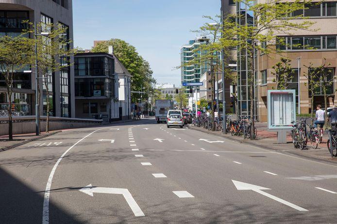 Nu kan het verkeer op de Vestdijk bij de kruising Kanaalstraat-Ten Hagestraat nog rechtdoor. Straks niet meer (afbeelding rechts).