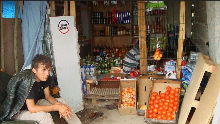 Eén van de vele winkeltjes in het tentenkamp waar naar schatting 2500 migranten verblijven.