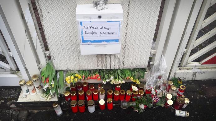Bloemen en kaarsen voor de praktijk van de gedode huisarts.