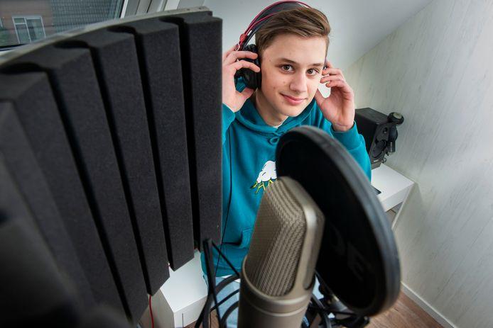Wisse Kraaijenhof in zijn muziekstudio in Ermelo.