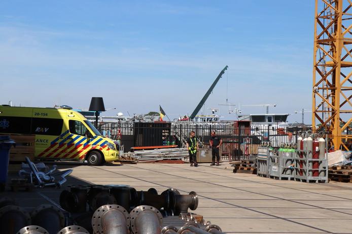 Bij een bedrijfsongeval in een schip in Werkendam is maandag een man om het leven gekomen.