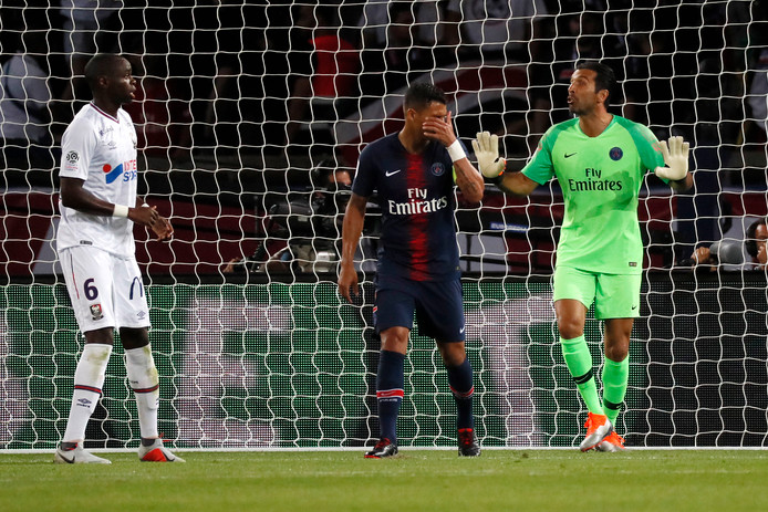 Gianluigi Buffon geeft instructies aan zijn verdediging.