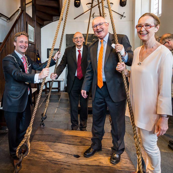 De Amerikaanse ambassadeur Pete Hoekstra stond in 2018 tijdens zjin bezoek aan Oudewater op de weegschaal van de Heksenwaag.