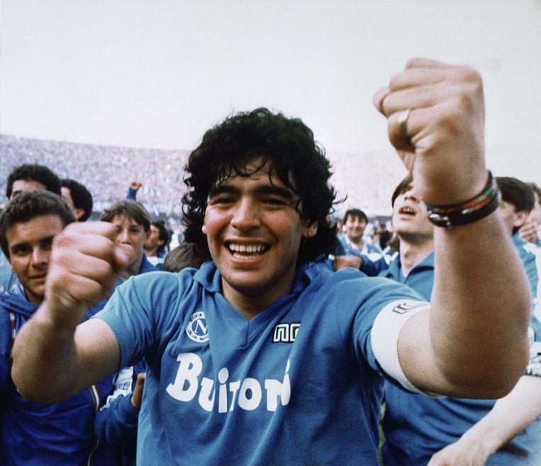 Diego viert het winnen van zijn eerste nationale titel bij Napoli. Beeld Meazza Sambucetti/AP/Shutterstock