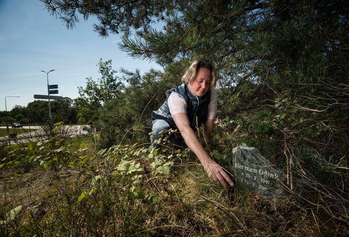 """Linda Kruid bij het weggestopte bermmonument op plek waar haar vader Herman Odink in 2001 met motor is verongelukt.  """"We hadden overal rekening mee gehouden. Maar niet dat mijn vader in dat graf kwam te liggen."""""""
