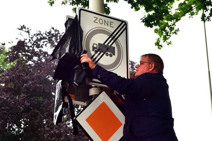 Wethouder Patrick van der Velden onthult een nieuw waarschuwingsbord.