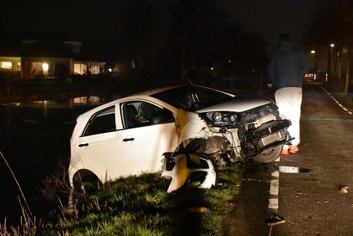 De auto kwam in het water langs de Kerkweg in Reeuwijk.