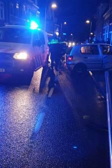 Politie-achtervolging in Deventer eindigt in crash, worstelende verdachte in de boeien geslagen