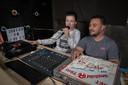 Met de platen die de twee nog hebben gaan ze maandagmiddag live om een uitzending te verzorgen voor de ouderen in Raalte. Zij mogen vanwege het coronavirus niet het huis uit.