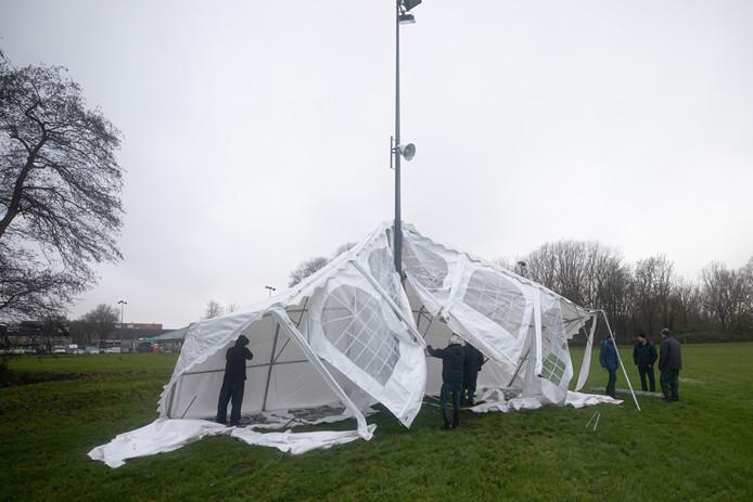 De schade aan de tent was enorm nadat de tent door harde wind om een lantaarnpaal werd gevouwen.
