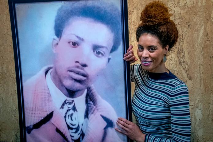 Hind Hakki (37) en het portret van haar vader.