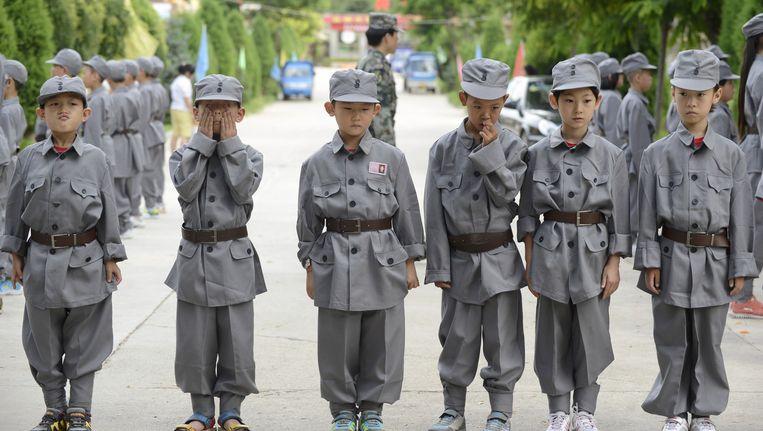 Chinese basisschoolleerlingen oefenen in legeruniformen in Taiyuan, ruim 400 kilometer ten zuidwesten van Peking. Beeld reuters