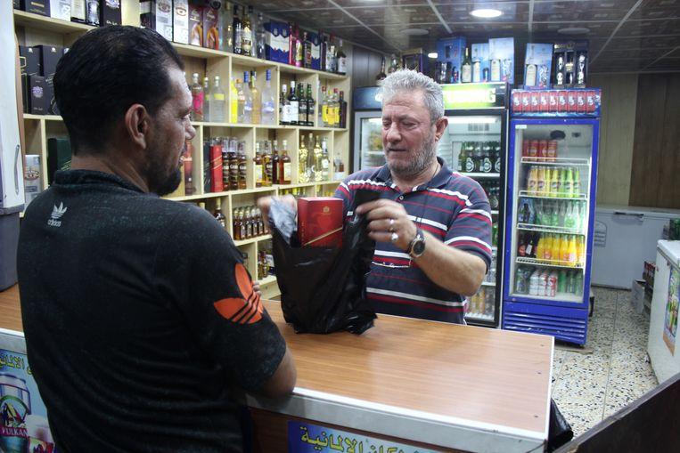 Slijter Walid Naem heeft in Bagdad generaals en politici onder zijn klantenkring: 'Iedereen in de regering en het parlement drinkt.' Beeld Munaf Al-Saidy.