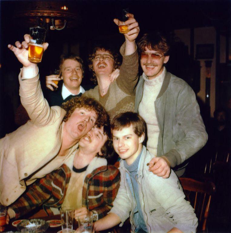'Een drinkende groep in The Old Bell' Beeld Bettie Ringma/Marc H. Mille