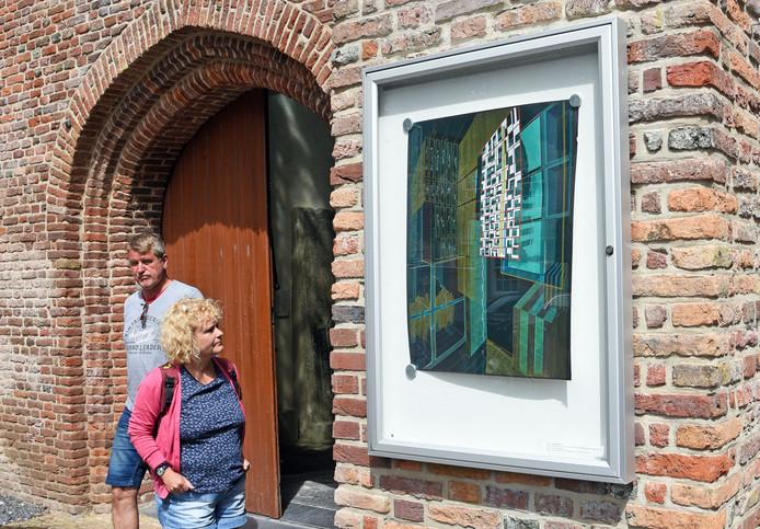 Een van de vitrinekastjes voor wisselexposities in Groede. Deze hangt bij de ingang van de Grote Kerk.