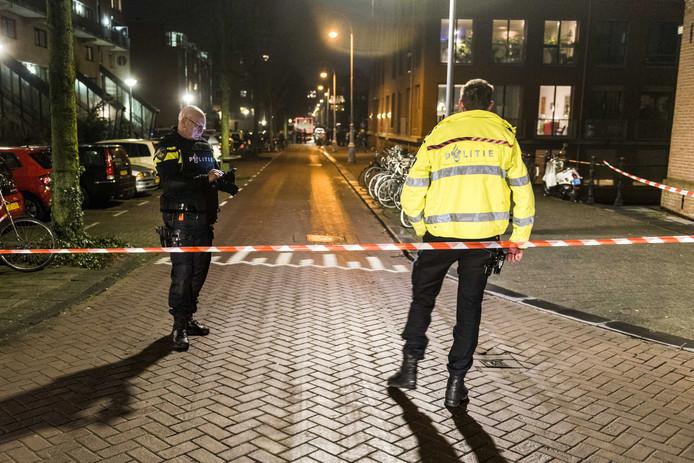 De politie heeft de omgeving van de Grote Wittenburgstraat afgezet waar de hulpdiensten aanwezig zijn na een schietpartij.