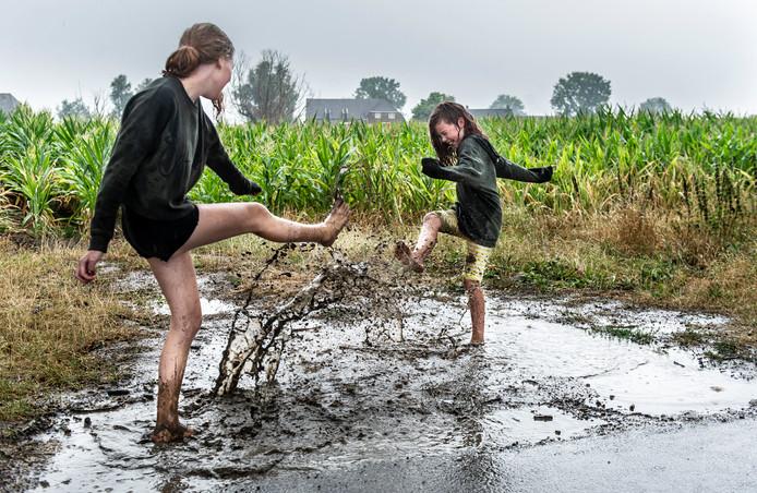 Spelen in waterplassen, het waterschap Vallei en Veluwe raadt het af.