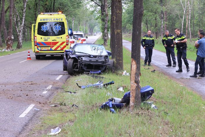 Lotus sportwagen crasht tegen een boom na een inhaalmanoeuvre.