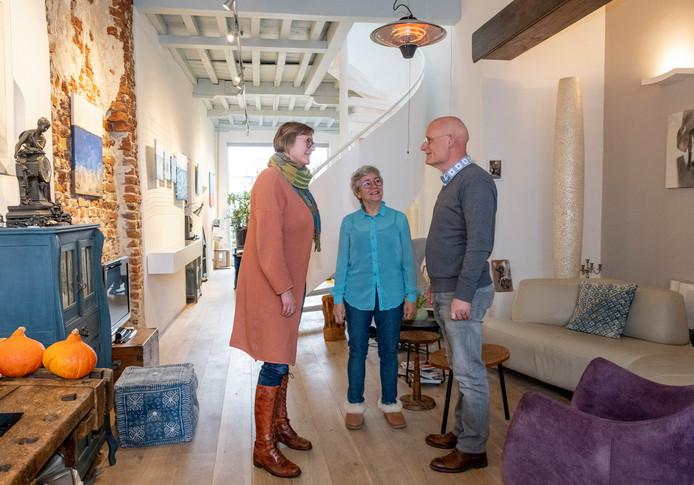 Wethouder Ankie Smit (l) ging vrijdag langs bij Luuk van der Werf en Yolande Paling om hen te feliciteren met de 1250-ste aanmelding voor de landelijke duurzame huizenroute die in november wordt gehouden. Dit voorjaar komt er een extra ronde langs huizen met warmtepompen.