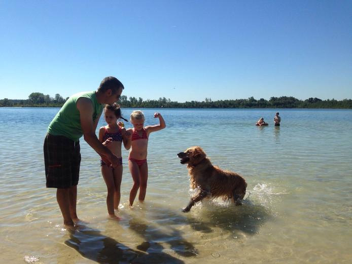 Fran Kuppens speelt met vader Patrick, vriendinnetje Margot en hond Casper in het water