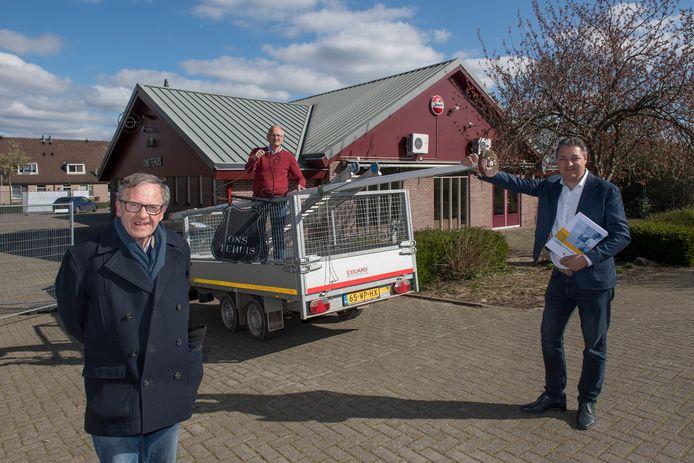 Op 1 april werd begonnen met de renovatie en uitbreiding van het Gerrit van Riemsdijkhuis in IJzendoorn. Links Henk Zomerdijk en rechts aannemer Ted van de Netten Van Stigt van bouwbedrijf De Vree en Sliepen