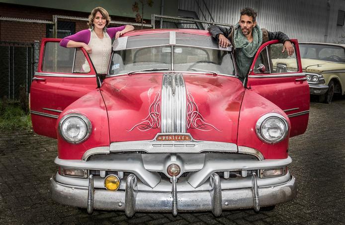 Marion en Miquel van Chief Cars bij een Pontiac.