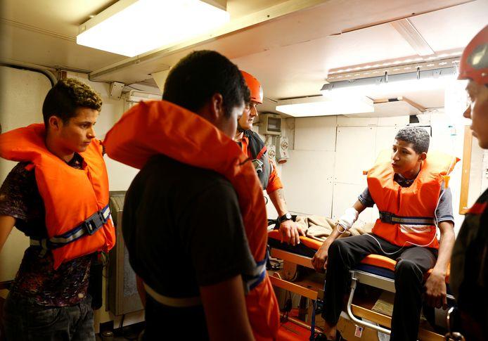 Tunesische migranten aan boord van het Duitse reddingsschip Alan Kurdi wachten tot ze van boord mogen.