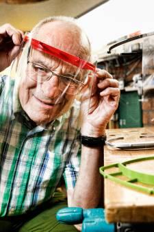 Spatmaskers nodig? Krasse Utrechter Bart (81) heeft zeven 3D-printers en maakt er graag één voor je