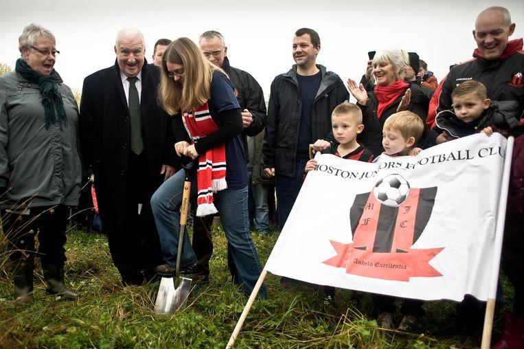 FC United-fan Zoe Mycroft verricht de symbolische start van de bouw van het nieuwe stadion van de club, in het noorden van Manchester. Beeld Matt Wilkinson