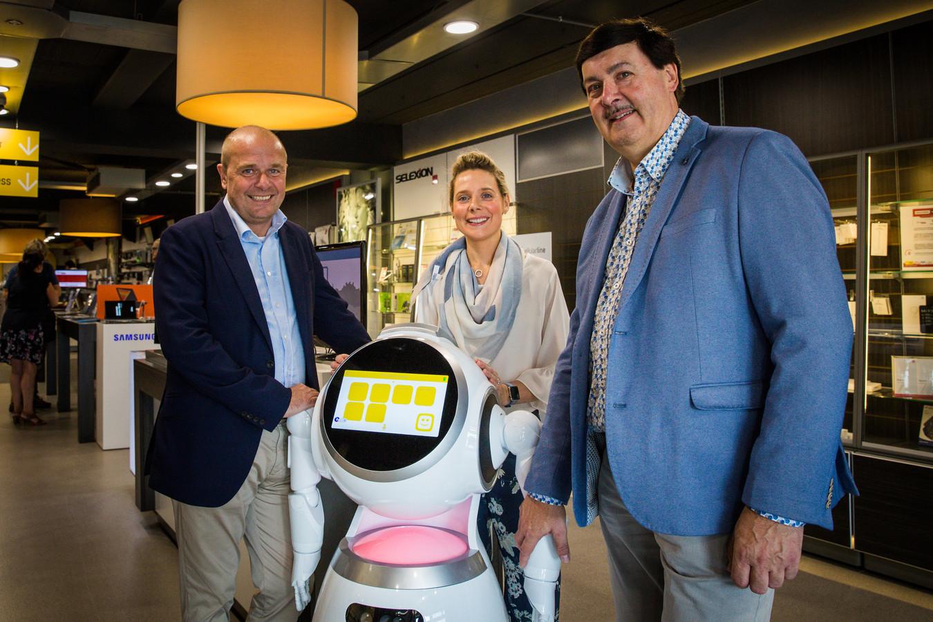 Fabrice Goffin van Zora Robotics (links) en zaakvoerder Edy Van Acker bij robot Yellow.