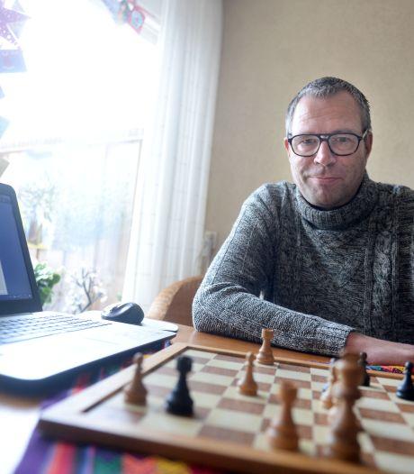 Schakers uit Eibergen en Haaksbergen spelen tijdens lockdown online: 'Bijna iedereen doet dat al'