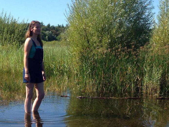 Carla Klomp uit Helmond aan het pootje baden in Budel