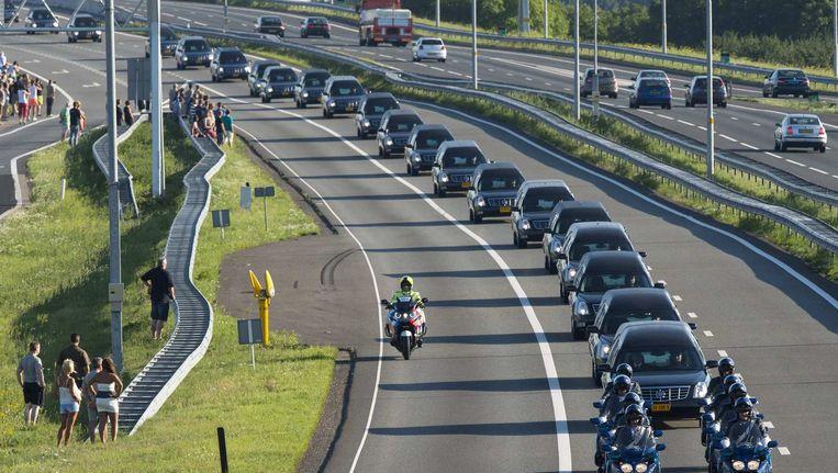 De rouwstoet met slachtoffers van de MH17 op weg naar Hilversum, 23 juli 2014. Beeld Reuters