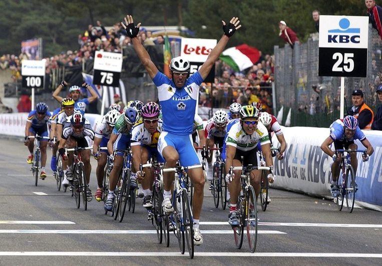 Cipollini, bijgenaamd Super Mario, in zijn topjaar 2002. Bij het WK in het Belgische Zolder gaat hij als eerste over de meet. Beeld EPA