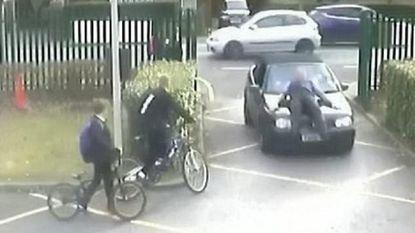 VIDEO: Man mag niet parkeren voor school. Uit frustratie rijdt hij leraar omver