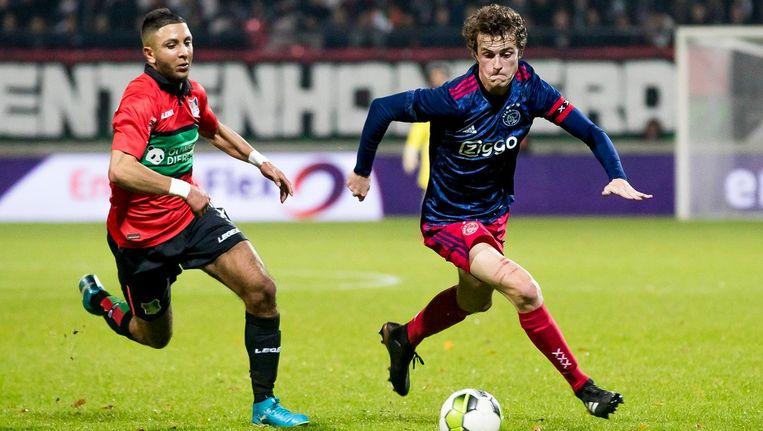 Jong Ajax-speler Leon Bergsma (rechts) in duel met NEC-speler Mohamed Rayhi. Beeld Pro Shots / Joep Leenen