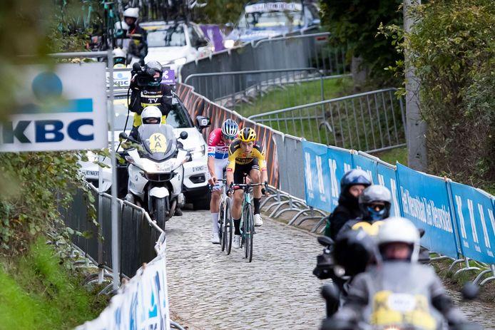 Leegte op een publiekloze Oude Kwaremont, als Wout van Aert en Mathieu van der Poel op weg zijn naar de finale in de Ronde van Vlaanderen.