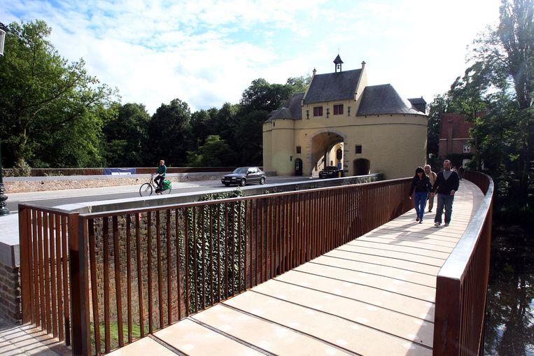 Aan de buitenzijde is niks te zien, maar onderaan dreigt de brug weg te roesten.