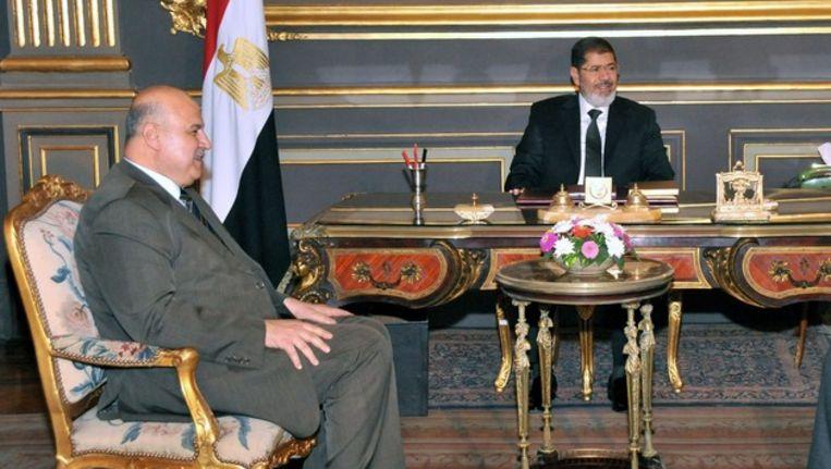 Mahmoud Mekki (links) en president Mohamed Morsi. Beeld null