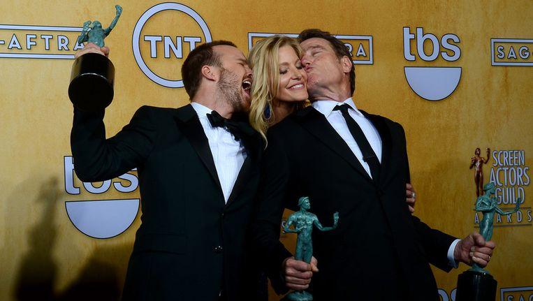 Aaron Paul, Anna Gunn en Bryan Cranston in de persruimte van de SAG Awards