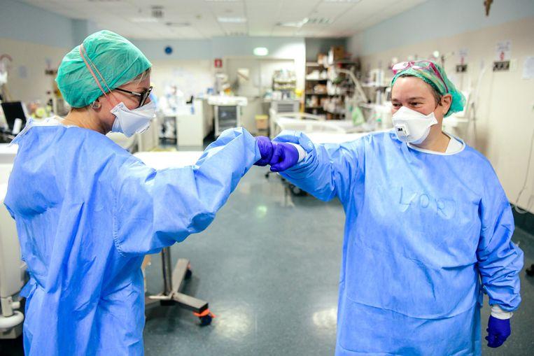 Medisch personeel op de intensive care in Bergamo, Italië. Beeld AFP