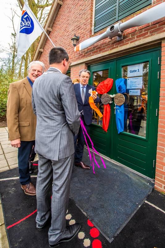 Commissaris van de Koning Wim van de Donk verrichtte de opening van museum Wings over Woensdrecht. Links op de foto initiatiefnemer Sjaak van Loon, op de rug gezien burgemeester Steven Adriaansen.