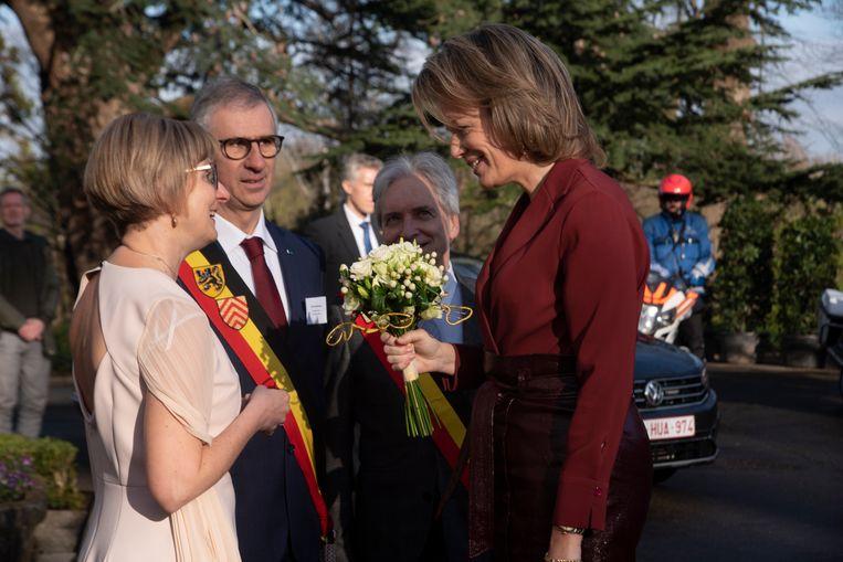 H.M. Mathilde wordt met bloemen ontvangen door directrice Brigitte De Baere aan de Tuinbouwschool in Melle.