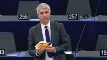 VIDEO. Ivo Belet (CD&V) met broodje kebab in Europees parlement