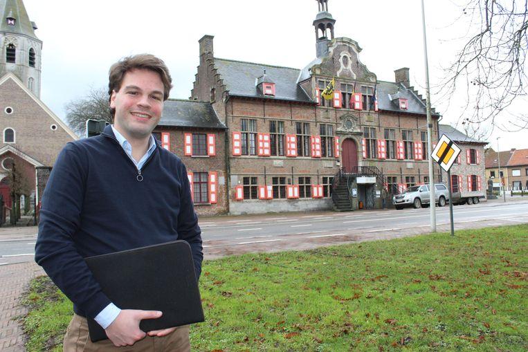 Burgemeester Pieter Claeys voor het Oud Stadhuis van Kaprijke dat gerenoveerd zal worden.