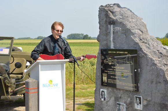 Rick Mangan, neef van de verongelukte piloot Danny Mangan, speelt een lied ter ere van zijn oom tijdens de herdenking van de 75ste verjaardag van de tragische WOII-vliegtuigcrash 'To Hell or Glory' aan het monument in Outer.