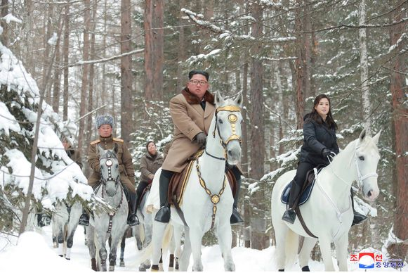 Kim Jong-Un en zijn vrouw Ri Sol-ju (rechts) te paard op de flanken van Korea's heilige berg.