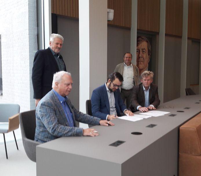 Van links naar rechts: Rob van Otterdijk, Stan Mens (voorzitter van Morgen Groene Energie ) en Ad van den Brandt (lid). Achter Wim Rooijakkers (lid) en Tonny Scheepers (aspirant lid)